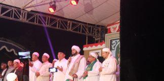 HABIB Syech saat bershalawat di Desa Tedunan Kecamatan Kedung, Jepara, Kamis (1/9) malam.